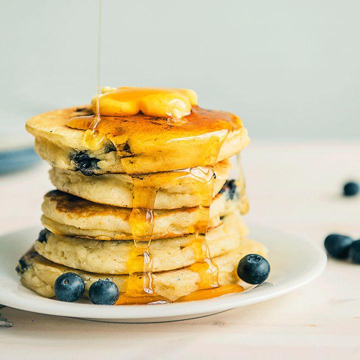 Disse luftige amerikanske pannekakene med blåbær inneholder kefir som er med på å gjøre dem ekstra fluffy, myke og gode. Amerikanske pannekaker er best!