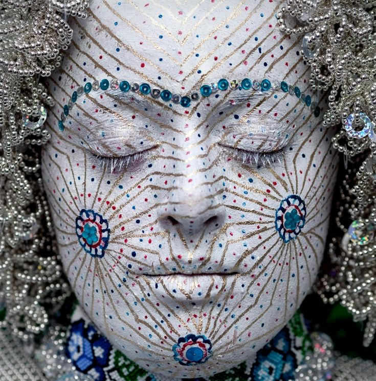 A косовар босненски булка Senita Демирович има лицето й рисувани на сватбения си ден за една традиционна церемония в село Donje Ljubinje, Косово на 4 август .. Традицията, чийто произход датира от отвъдното дневна с памет, на практика е видяна от почти всички жители с универсална гордост, тъй като е дошъл, за да символизират специална идентичност това място е .:
