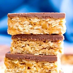 4 Ingredient No Bake Chocolate Peanut Butter Cup Granola Bars (GF, V): an easy, protein-rich recipe for decadent PB granola bars covered in chocolate!