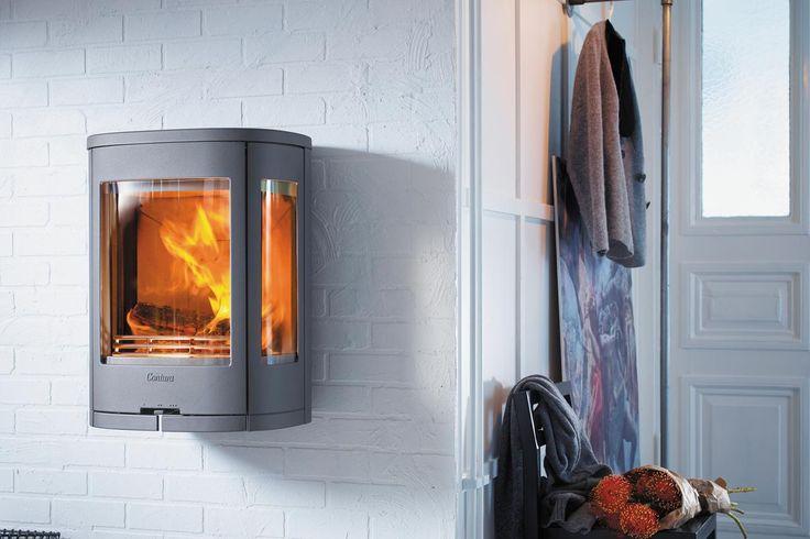 Lekker og elegant vegghengt peisovn med sideglass. Nett størrelse og effektivt brennkammer gjør den velegnet til mindre stuer.