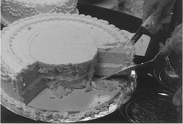 How to cut a wedding cake. Learned this trick at school, works for any round cake. Cut small circle in middle and then cut small slices. Stretches your cake and a ton easier than slicing huge wedges!