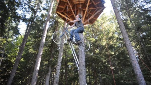 bicycle powered treehouse elevator7   Kid Builds Bicycle Powered Elevator for his DIY Tiny Treehouse Cabin