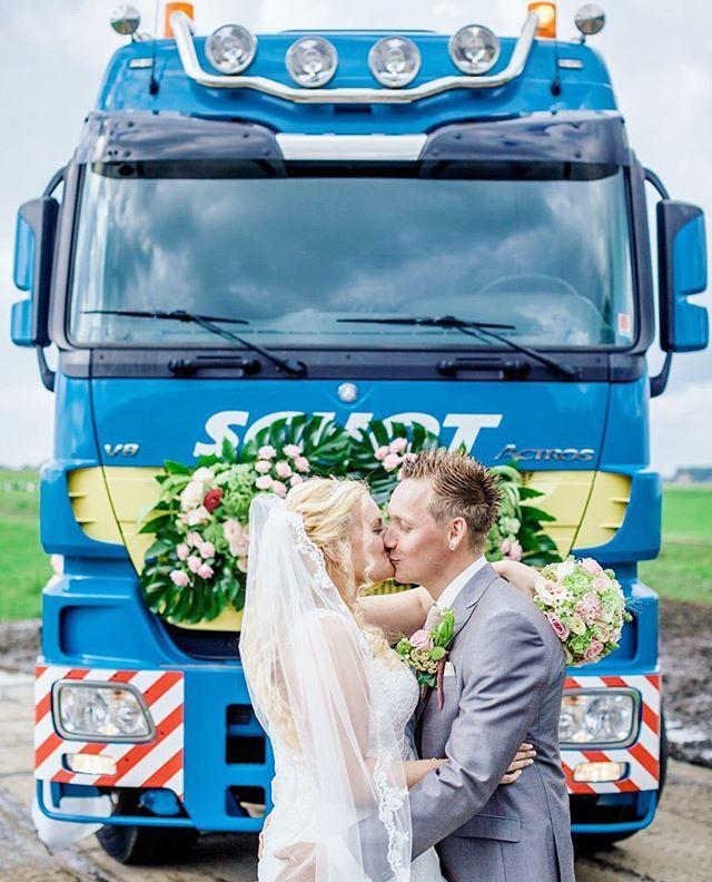 Deze bruidegom kwam aanrijden in een vrachtwagen om zijn bruid op te halen.  Aan het begin van de straat blies hij de hoorn en het geluid schalde door de straat. De bruid stond in spanning te wachten en elke keer dat de hoorn door de straat schalde stapte ze dichter naar de deur.  Jurk: @thandorabruidsmode