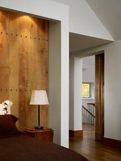 Mur planches bois cloutées