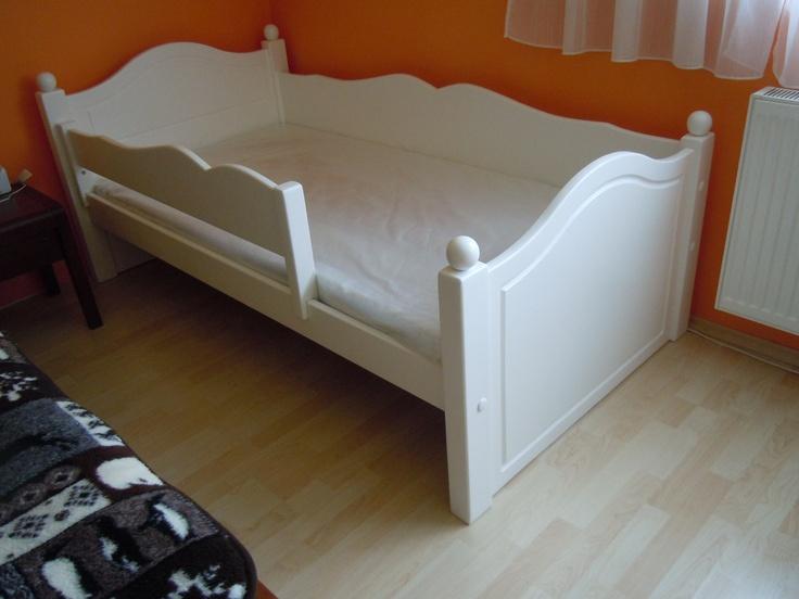 Bonita ágy egyoldalas leesésgátlóval és golyó díszítésekkel