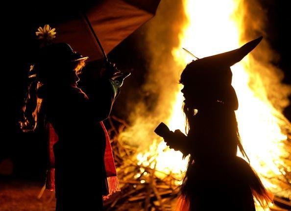 De casas assombradas, abóboras esculpidas ou encher sua barrigas com doces, a temporada de Halloween tornou-se um dos feriados mais comemorados e o mais assustador do ano. Mas, você sabia que a tra…