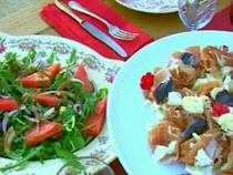 elgourmet.com - Salmón pocheado con crema de papas y morrones + Rabanitos rellenos con crema de hierbas + Jamón con boconccinos de mozzarella y albahaca morada + Ensalada de sandia, rucula silvestre y olivas negras + Focaccia de tomates cherry + Tarta de frambuesas