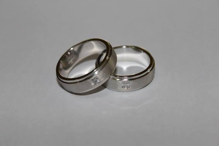 · Sepasang cincin emas putih/kuning 12 carat seharga Rp 5.500.000 · Sepasang cincin emas putih/kuning 17 carat seharga Rp 6.500.000 · Sepasang cincin emas putih/kuning 18 carat seharga Rp 6.750.000