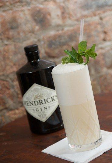 Amorous Gin Fizz - À tester d'urgence: les cocktails originaux de l'été! - Ingrédients : Gin 50 ml (par exemple, Hendricks Gin) 25 ml de crème 12,5 ml de jus de citron vert frais 12,5 ml de jus de citron frais 12,5 ml de sirop de vanille...