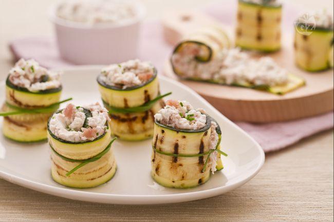 I rotolini di zucchine con robiola e prosciutto crudo sono degli allegri e vivaci stuzzichini, indicati come saporiti antipasti e ottimi per accompagnare l'aperitivo.