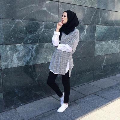 Hai Beautynesian! sebagai seorang mahasiswi berhijab, pastinya kamu selalu menyiapkan outfit dari hijab hingga pakaian yang akan kamu kenakan untuk ke kampus esok harinya. Tapi apakah kamu pernah mendadak bingung dalam mix and match outfit untuk ke kampus? Simak tips fashion hijab casual berikut ini untuk tampilan yang lebih santai nan fashionable!