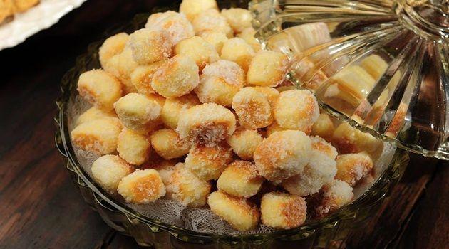 MASSA:  - 6 ovos,  - 6 colheres de açucar,  - 6 colheres de queijo parmesão,  - 300 g de margarina,  - 1 colher de fermento,  - 1 k de farinha de trigo.  -   - CALDA:  - 2 copos de água e 700 g de açúcar e coco para finalizar.