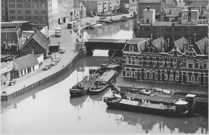 Groningen<br />De stad Groningen: Winschoterdiep met de Bontebrug waaraan herstelwerkzaamheden worden uitgevoerd in 1961