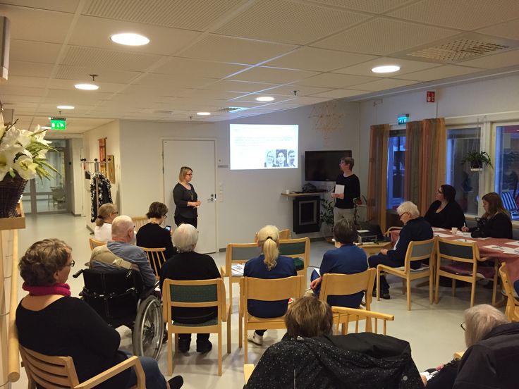 Ideoiden esitystilaisuus, jossa Kurenkartanon vanhuspalveluyksikön henkilökunnat, asukkaat, asukkaan omaiset ja lehdistöt mukana.