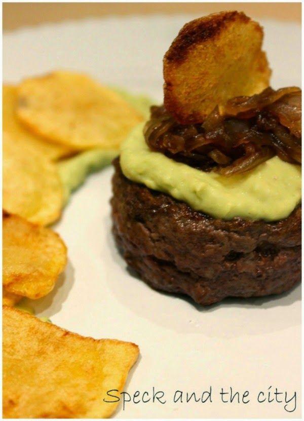 Hamburger di manzo con salsa di avocado e zenzero, cipolle caramellate e chips di patate