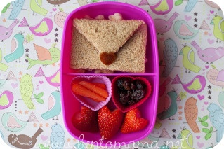 What a cute Valentine's lunchbox idea! Love letter and heart shaped strawberries make this for me!