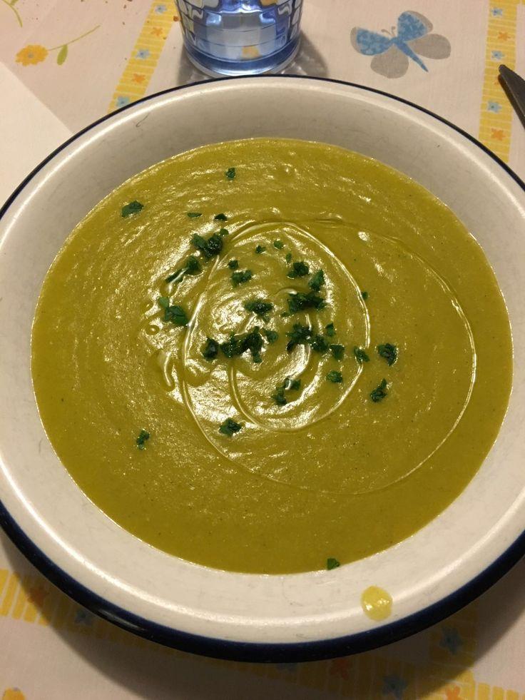 Zuppa di mais: 1 scatola grande mais, 1 zucchina tagliata a pezzetti, 1 carota, 1 costa di sedano, 2 patate fatte a cubetti, a piacere del porto, un po' di acqua, dado vegetale bimby. Cuocere 25 /30 min 100° vel. 2 Frullare, mettere prezzemolo a crudo e 1 giro di olio alle nocciole.