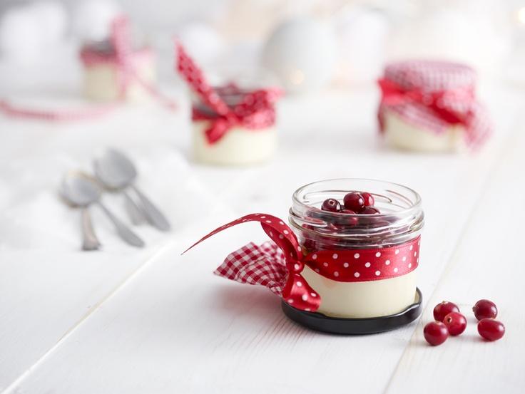 Jouluinen #pannacotta: http://www.dansukker.fi/fi/resepteja/jouluinen-pannacotta.aspx Ihanan jälkiruokatuliaisen saat, kun kietaiset värikkään kankaan tai silkkipaperin kannen päälle ja nauhan purkin ympärille.
