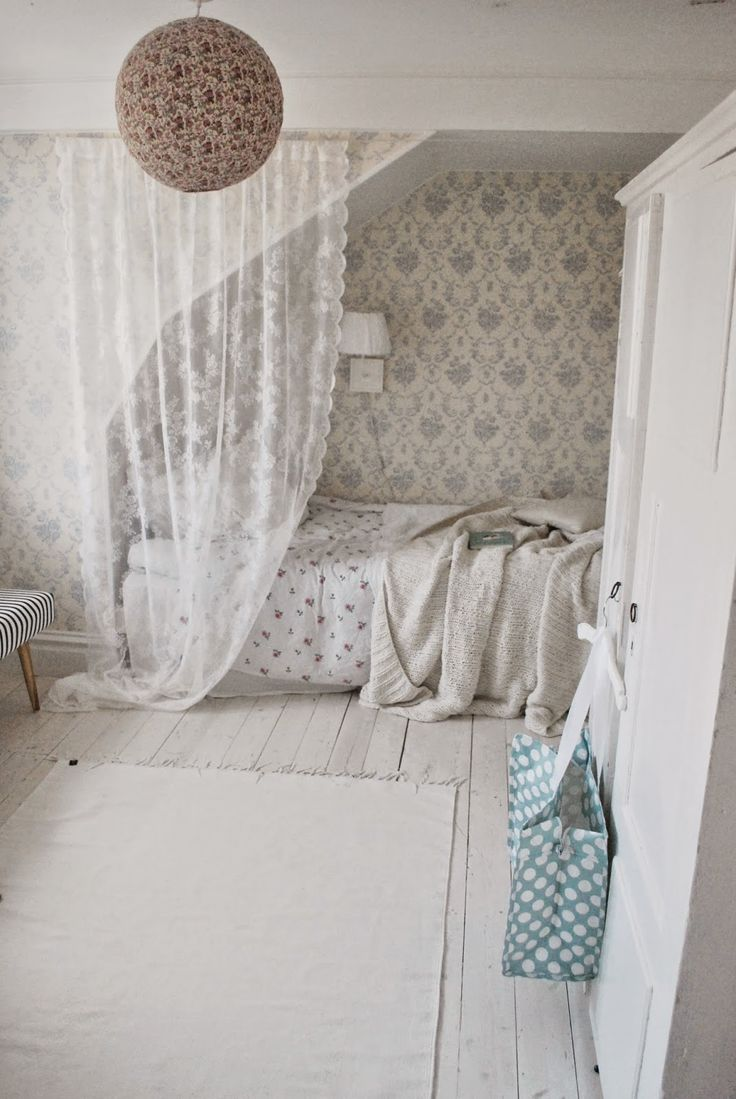 LOVE this alcove with the soft taupe floral WP and simple lace curtain for privacy:  http://juliasvitadrommar.blogspot.com/: