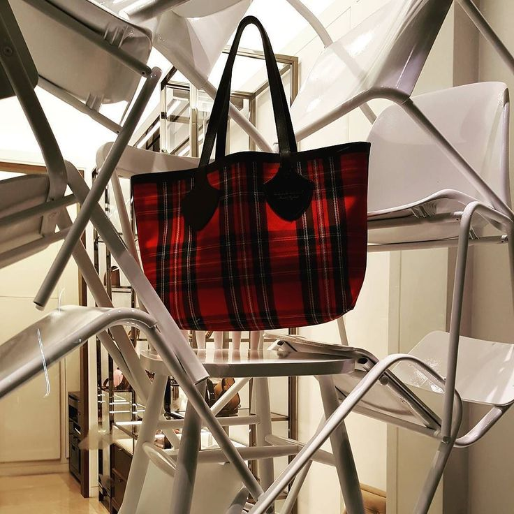 Bag #burberry #bag #windowdisplay #inspiration #traveling #fashion #style #instadaily #instagood