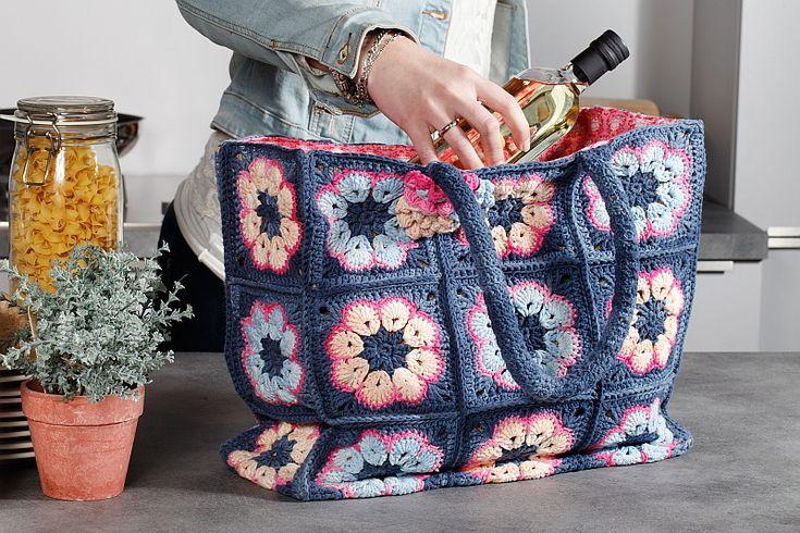 Een jute tas is superhandig, maar het wordt pas een mooi accessoire als je hem met haakwerk pimpt! Een gepimpte boodschappentas.