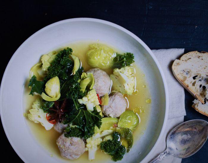 Varm suppe med 3 x kål og gode, kjappe kyllingkjøttboller - Tara