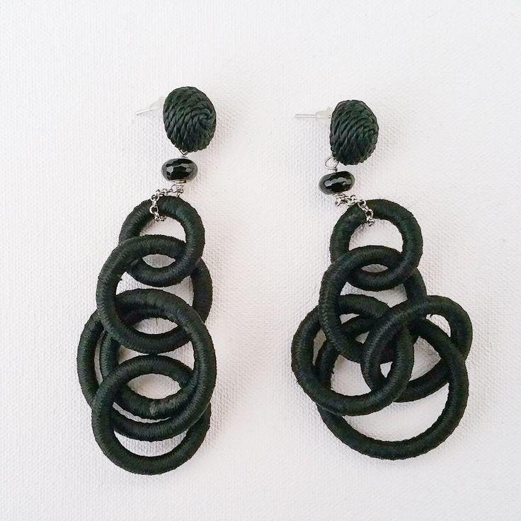 Orecchini in seta e argento interamente realizzati a mano.