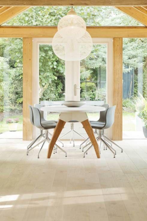 Skandinavischer Stil im Wohn-/Esszimmer von Jolanda Knook Interieurvormgeving. Wie der Rest des hauses eingerichtet wurde, könnt ihr im Artikel sehen.