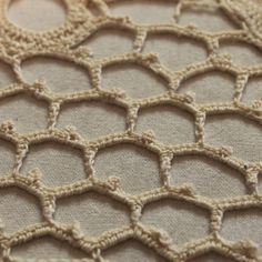 Long page with great tutorial on Irish Lace.  Explains design,  background mesh and the flowers.