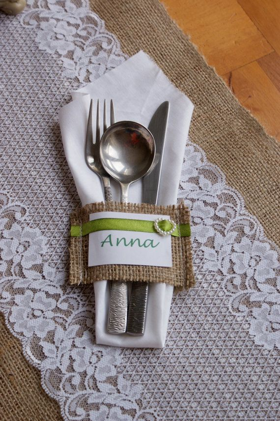 Idea carina come segnaposto Burlap silverware pockets - place cards set of 6. $6.00, via Etsy.