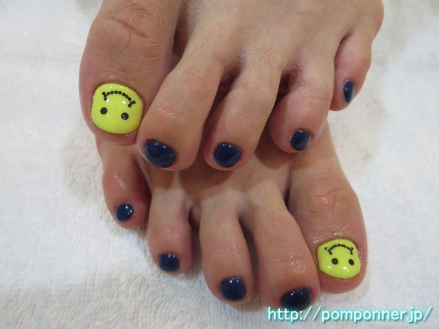 ポップなニコちゃんフットネイル It is a smiley foot nail pop. You have to face the smiley by taking advantage of the shape of the nail of the thumb. Nail the four others are foot nail casual and navy. #ネイル #ネイルアート #ペディキュア #nail #nails #nail-art
