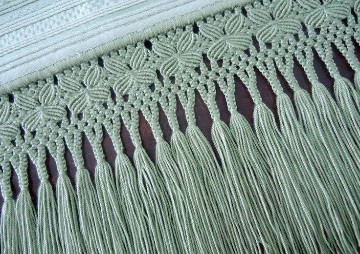 Toalha de rosto com aplicação de ramo de flores em sianinha e acabamento em macramê.