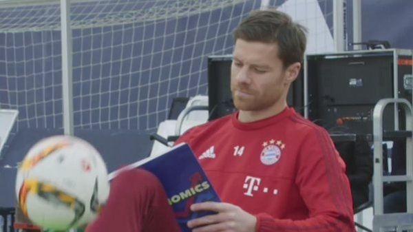Nie wiedziałem że Xabi Alonso potrafi jednocześnie podbijać piłkę, siedzieć i czytać książkę • Fajny trik piłkarski profesora Alonso >> #alonso #adidas #bayern #bayernmunich #football #soccer #sports #pilkanozna