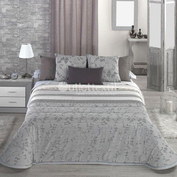 Edredón THAIS de la firma Cañete. Diseño sencillo y moderno, ideal para habitaciones con un estilo clásico o rústico. Lo puedes conseguir en plata o en tonos visón.