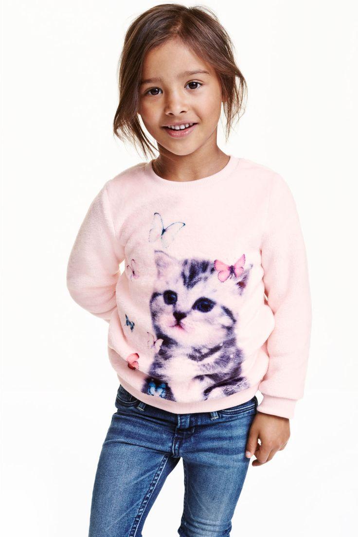 Мода определенно циклична: в конце 90-х дети с удовольствием носили объемные свитера из мохера или просто с начесом. И самое удивительное, что такие уютные кофты вновь возвращаются в детскую моду. Структура свитера, как и сам ворс, могут быть абсолютно разными – это и длинный волос, как у ламы, и мягкий искусственный мех, напоминающий плюшевую обычную игрушку, и тонкая вязанная нить. Еще интереснее становятся структурные вещи современных моделей, например, удлиненный кардиган или пальто…