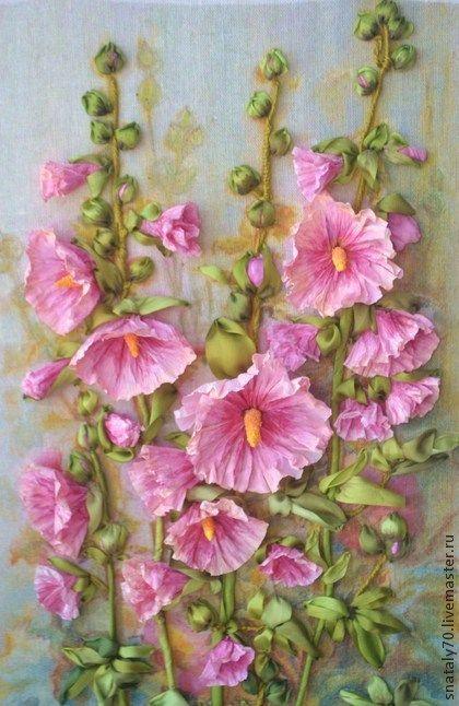 Картина вышитая лентами `МАЛЬВА`. 'Мальвы мои нежные, мальвы мои страстные  Стрелами цветочными в неба синь глядят.  Розовые, свежие, трепетно - прекрасные,  Тонкий запах радости пламенно дарят.'      В детстве меня часто отправляли на лето в деревню, к бабушке.