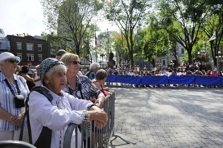 Des curieux lors de la cérémonie du mariage de Julie Snyder et Pierre Karl Péladeau au Musée de l'Amérique francophone de Québec, le 15 août 2015.
