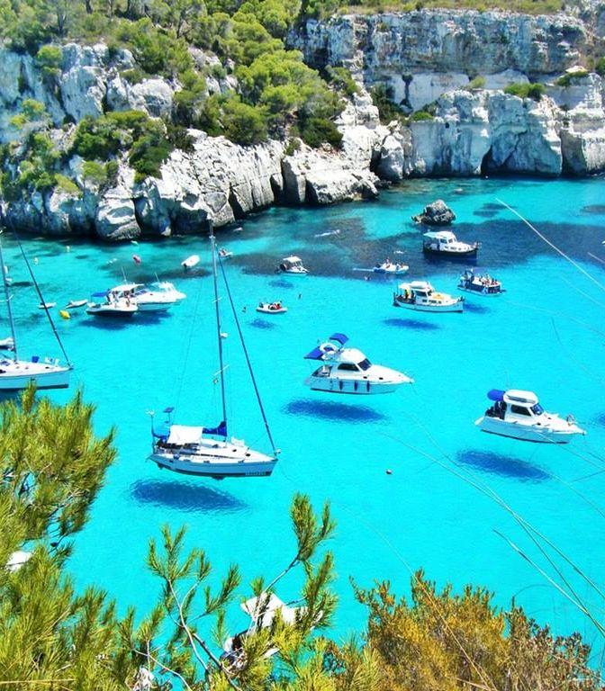 Op Menorca heb je prachtige stranden met helderblauw water. Ontdek dit Spaanse eiland met een huurauto.
