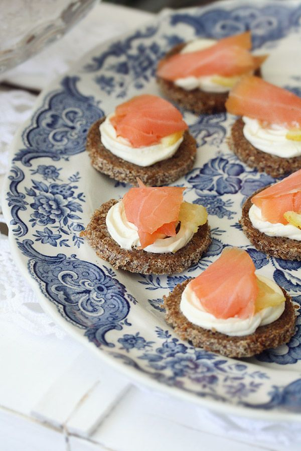 canapè di pane nero con cream cheese al limone e salmone affumicato - canapés with lemon cream cheese and smoked salmon
