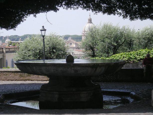Fontana palla di cannone di Annibale Lippi, figlio di Nino di Baccio Bigio. La palla di cannone sparata da Cristina di Svezia da Castel S. Angelo