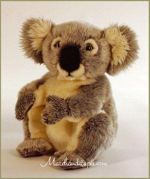 Peluche Koala 28cm. Peluche de très grande qualité et d'un réalisme surprenant. Cette peluche est aux normes de sécurité en vigueur. A partir de 12 mois. Une sélection Marchand de tapis.