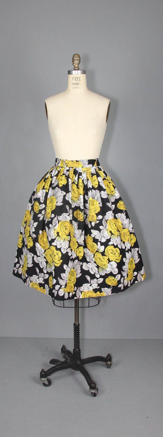 Vintage jaren 1950 volledige verzamelde rok in geel, zwart en wit steeg bedrukte katoen. Kant metalen rits en knoop bij de taille.