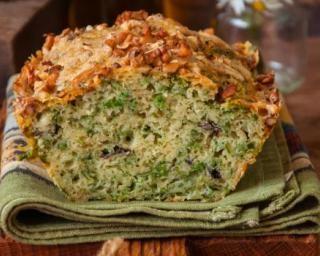 Cake au pesto et à la mozzarella pour apéritif estival pas cher : http://www.fourchette-et-bikini.fr/recettes/recettes-minceur/cake-au-pesto-et-a-la-mozzarella-pour-aperitif-estival-pas-cher.html