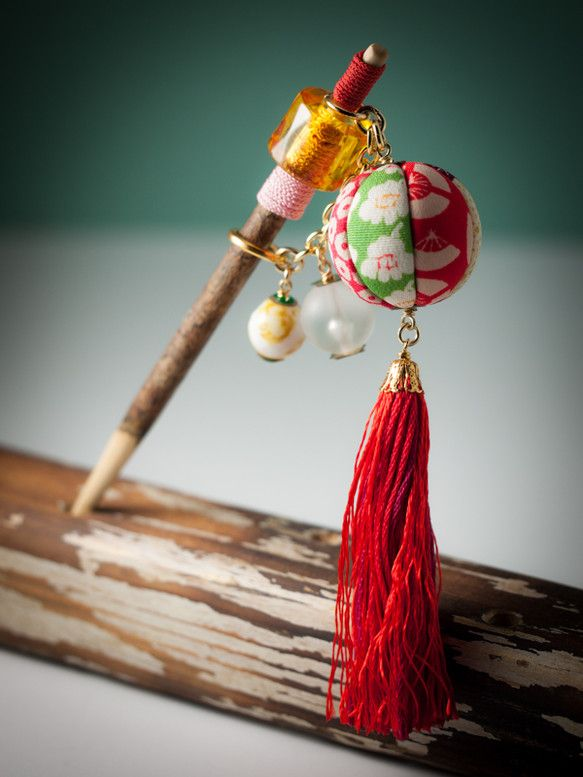 【束ねた髪に通す、遊び心☆】O11-4桑の木の小枝に、鞠が久寿玉の様にゆらゆら揺れる、愛らしい簪が出来ました。ところどころに使われている和の赤色は、パッと目を...|ハンドメイド、手作り、手仕事品の通販・販売・購入ならCreema。