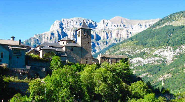 Pirineos. - Torla (Huesca), pueblo aragonés en los Pirineos, en el Parque Nacional de Ordesa y Monte Perdido. España.