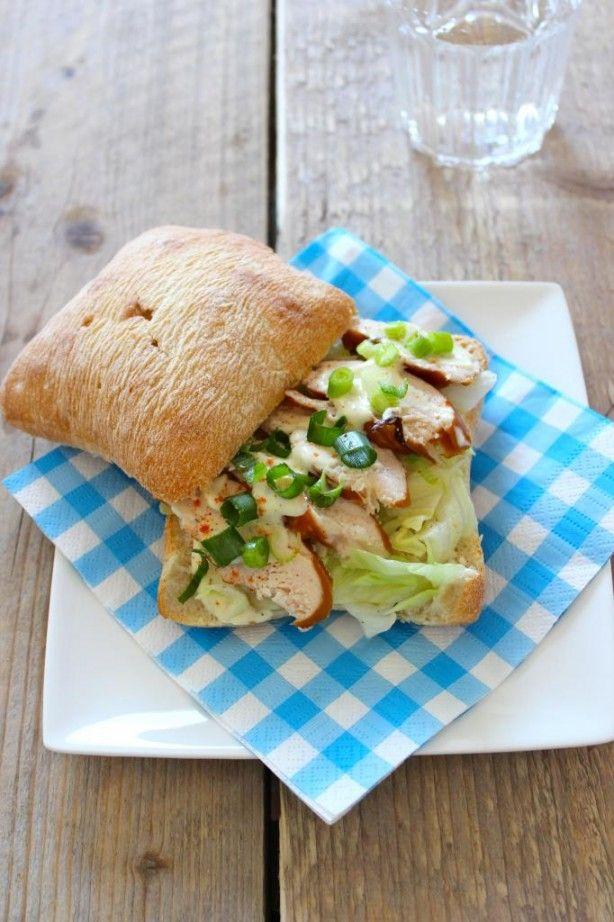 Lekkere lunch: ciabatta met gerookte kip, lente-ui en ijsbergsla