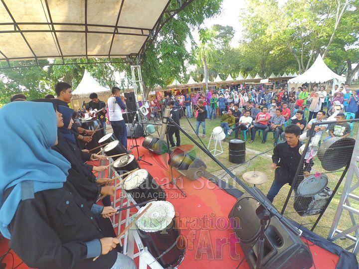 Koper Bekas di depan penonton Panggung Apresiasi Seni Piasan Seni Banda Aceh 2015 #piasanseni - Piasan Seni Banda Aceh 2015 http://on.fb.me/1ifHj8G Get more on Piasan Seni Facebook FanPage http://on.fb.me/1MaTON2 ============== OFFICIAL UPDATES ABOUT PIASAN SENI BANDA ACEH 2015 ------------------------ www.piasanseni.org info@piasanseni.org (mail) @piasanseni (twitter/Instagram/tumblr/Pinterest) 58780415  C002DE7E3 (BBM) Piasan Seni Banda Aceh 2015 (http://bit.ly/1F1xLsB : Facebook Page) or…