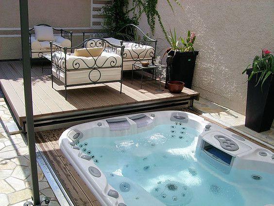Upea Sundance® Spas -ulkoporeallas tarjoaa ainutlaatuista vesiterapiaa. Ulkoporeallas kruunaa pihan ja on aina kylpyvalmis!