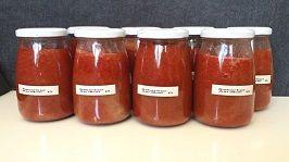Ingrediënten: 2,5 kilo rabarber, schoon gewogen, in stukjes gesneden 1,5 kilo aardbeien, schoon gewogen, gehalveerd sap van 2 sinaasappels fijne rasp van een stukje verse gember van 7 x 2 centimeter 2 vanillestokjes. Recept: Bedenk dat de houdbaarheid van deze inmaak slechts afhangt van de hygiëne en manier van sluiten van de potten!Deze in pot ingemaakte rabarber-aardbeienmoes is prima houdbaar, zeker een jaar. Enlekker :-) Was de rabarber, verwijder eventuele taaie lange draden e...