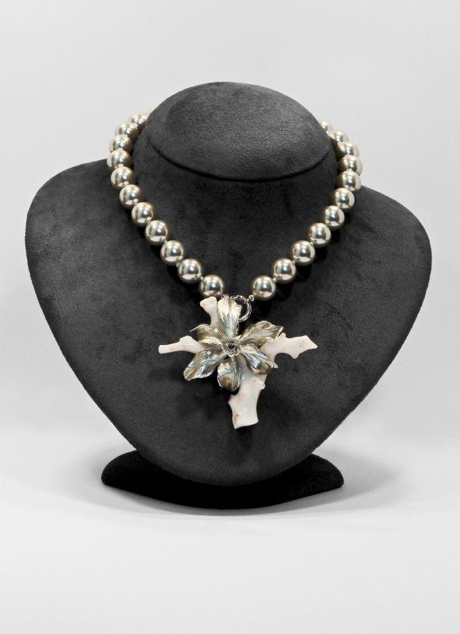 Ibiscus. collana di perle argentate shell con  ciondolo spilla in argento 925/1000 e corallo. dettagli di brillanti e zaffiri. go-ti gioielleria Corinaldo. #zaffiri #idee #gioiello #goti #gioielleria #flower #jewels #gioielli #corallo #jewelry